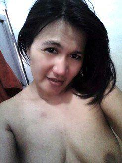 Bored Arab housewife nude selfies