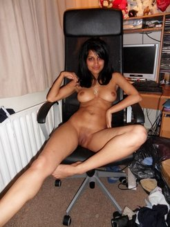 Amateur indian hottie fully nude at home